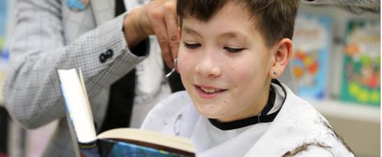 Waschen, schneiden, lesen: Ravensburger unterstützt Leseförderung beim Friseur